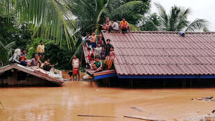 Dân làng phải trú tạm trên nóc nhà khi đập thủy điện ở tỉnh Attapeu (Lào) bị vỡ. Ảnh chụp ngày 24/07/2018.