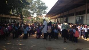 Crianças no recreio de uma escola em Moçambique
