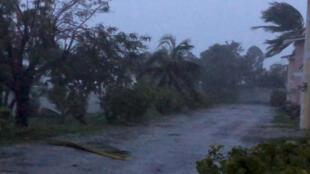 Des vents forts frappent le boulevard Oceanhill à Freeport sur la grande île des Bahamas.