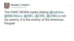 """O presidente Donald Trump voltou a atacar a imprensa pelo Twitter nesta sexta-feira (17), classificando as grandes emissoras de televisão e o jornal The New York Times de """"inimigos dos americanos""""."""