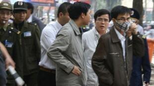 Luật sư Lê Quốc Quân (đeo kính, thứ hai từ phải qua) đứng ngoài theo dõi phiên tòa xử TS Cù Huy Hà Vũ ngày 04/04/2011.