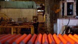Un employé de l'usine iranienne d'alliage d'acier (IASCO) située dans la ville iranienne de Yazd. (Photo d'illustration)