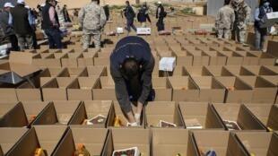 L'armée jordanienne prépare des colis alimentaires afin de les livrer aux habitants confinés de la ville de Zarqa, le 29 mars 2020.