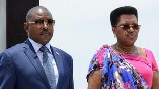 Rais wa Burundi Pierre Nkurunziza (Kushoto) na mkewe Denis Nkurunziza
