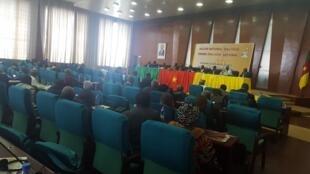 La salle où travaille la commission sur la «décentralisation et le développement local» dans le cadre du grand dialogue national au Cameroun.