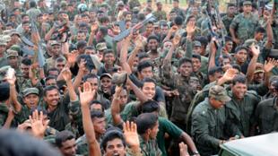 Des soldats sri-lankais célèbrent leur victoire contre les Tigres Tamouls, le 19 mai 2009.