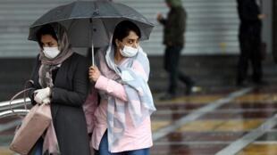 Dân Iran đeo khẩu trang phòng ngừa dịch bệnh khi đi lại trên đường phố ở Tehran, Iran, ngày 25/02/2020