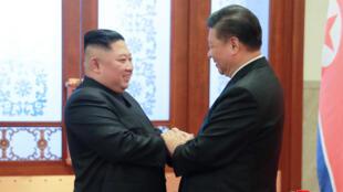 Lãnh đạo Bắc Triều Tiên Kim Jong Un (T) gặp chủ tịch Trung Quốc Tập Cận Bình tại Bắc Kinh. Ảnh do KCNA công bố ngày 10/01/2019.