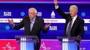 Bernie Sanders na Joe Bien wakati wa mjadala kati ya wagombea wa urais katika kura za mchujo katika chama cha Democratic Februari 25, 2020 huko Charleston, South Carolina.