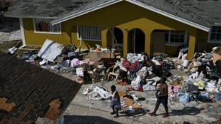 Les habitants de l'île d'Abaco essayent de récupérer des biens après de l'ouragan Dorian à Marsh Harbour aux Bahamas, le 7 septembre 2019.