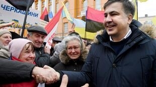 L'ancien président géorgien Mikheïl Saakachvili, l'un des dirigeants de l'opposition ukrainienne, serre la main de sympathisants et de militants lors d'une manifestation appelant à la destitution du président Petro Porochenko, à Kiev, le 4 février 2018.