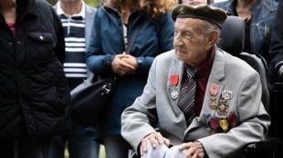 El veterano de guerra Jorge Sanjinez, de 102 años, en una ceremonia en el cementerio británico de Ranville, Francia, el 19 de agosto de 2019.