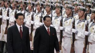 Le chef de la junte birmane Than Shwe (d), en visite officielle en Chine, est reçu par son homologue chinois Hu Jintao à Pékin, le 8 septembre 2010.