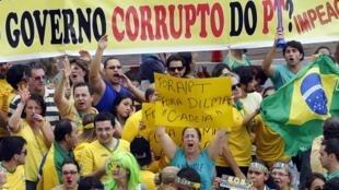 Aux couleurs du drapeau brésilien, les manifestants dénoncent la corruption du gouvernement de Dilma Rousseff, le 15 mars 2015.