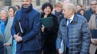 O  Primeiro-ministro da França Edouard Philippe e Jean-Yves Le Drian, ministre dos Negócios Estrangeiros, quando se preparavam para entrar  par o  primeiro conselho de ministros  dse 2020. Paris . 6 de Janeiro de 2020.