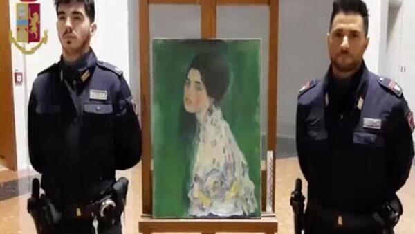 Итальянские полицейские рядом с найденной картиной Густава Климта