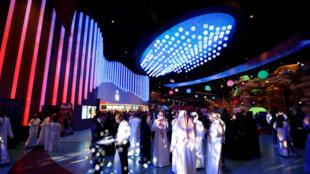 Des Saoudiens dans un centre commercial de Riyad à l'ouverture d'un nouveau cinéma, le 30 avril 2018.