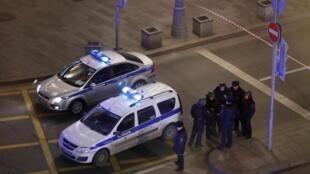 Selon l'agence Interfax, plus de 300 lieux publics ont été inspectés en raison des alertes à la bombe. (Ici) la police bloque la rue près du bâtiment du Service fédéral de sécurité (FSB) après une fusillade à Moscou, le 19/12/2019. (Image d'illustration)