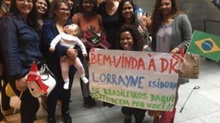 Um grupo de brasileiros recepcionou a estudante carioca Lorrayne Isidoro(centro) no Aeroporto de Copenhague.