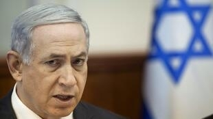O primeiro-ministro israelense, Benjamin Netanyahu, em seu escritório neste domingo (21).