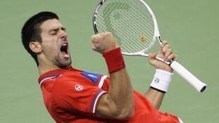 Novak Djokovic celebra uno de sus puntos.