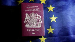 Tак выглядит паспорт британского гражданина до «Брекзита»