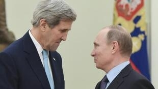 O secretário de Estado americano, John Kerry (e), conversa com o presidente russo, Vladimir Putin