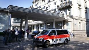 Camioneta da polícia suiça diante do hotel onde ocorreram as detenções.