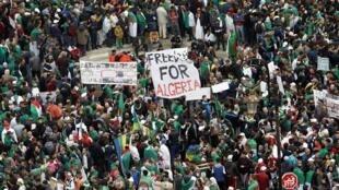 Manifestantes voltam às ruas para pressionar as demandas por mudanças democráticas generalizadas bem além da renúncia do ex-presidente Abdelaziz Bouteflika, em Argel, Argélia, 19 de abril de 2019.