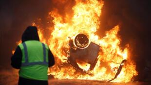 12月1日,巴黎星形廣場凱旋門前發生的暴力場面。