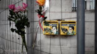 Caixas de correio vandalizadas com suásticas cobrindo retratos da Simone Veil, sobrevivente do Holocausto.