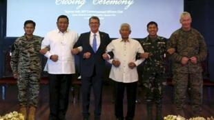 """Bộ trưởng Quốc Phòng Mỹ Carter và các quan chức Philippines tại buổi lễ kết thúc cuộc tập trận chung """"Balikatan"""" ngày 15/04/2016."""
