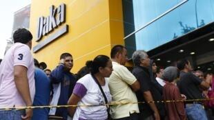 Venezolanos hacen cola para ingresar a la tienda Daka y aprovechar las rebajas de precios.