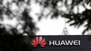 Logo tập đoàn Huawei tại một trụ sở ở Ottawa, Canada.