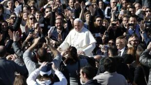 O papa Francisco recebe milhares de casais de namorados no Vaticano no dia de São Valentim, o equivalente do Dia dos Namorados brasileiro.