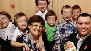 Жительница Вязьмы Светлана Давыдова с семьей