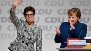Annegret Kramp-Karrenbauer à côté de la chancelière allemande Angela Merkel après avoir été élue chef du parti lors du congrès du parti de l'Union chrétienne-démocrate (CDU) à Hambourg, le 7 décembre 2018.