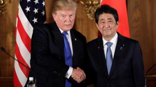 Tổng thống Mỹ Donald Trump (T) và thủ tướng Nhật Bản Shinzo Abe. Ảnh ngày 06/11/2017.