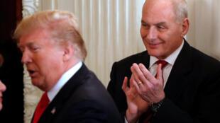 L'ancien secrétaire général de la Maison Blanche John Kelly applaudit au passage de Donald Trump, à Washington, le 26 février 2018.