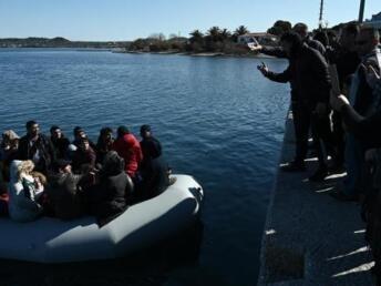 Aris MESSINIS  AFP Des rsidents de Lesbos tentaient dempcher des migrants de dbarquer sur lle La Grce a dclar dimanche quelle avait bloqu prs de 10 000 migrants  sa frontire avec la Turquie a ouvert les portes de lEurope aux migrants