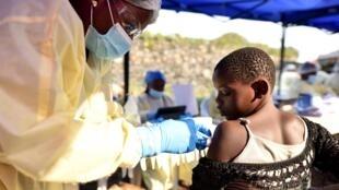 RDC: vaccination d'un enfant contre Ebola dans le centre de soins d'Himbi à Goma, le 17 juillet 2019.
