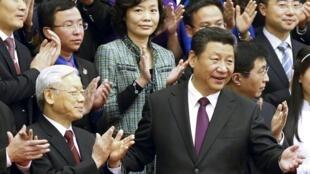 Tổng bí thư Việt Nam Nguyễn Phú Trọng (trái) và Chủ tịch Trung Quốc Tập Cận Bình tại Đại lễ đường Nhân dân ở Bắc Kinh, 07/04/2015.