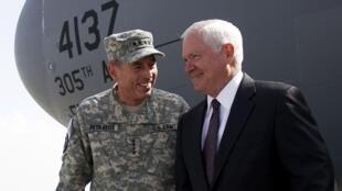 O  General David Petraeus, durante a visita surpresa do secretário de Defesa dos Estados Unidos, Robert Gates, 2 de setembro 2010.