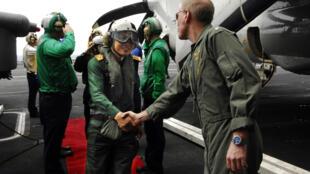 Chuẩn đô đốc Mark Vance, hạm trưởng tàu sân bay John C. Stennis bắt tay Đại tá Đỗ Minh Tuấn, Phó Tham mưu trưởng Phòng không Không quân Việt Nam lên thăm tàu ngày 22/04/2009.