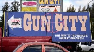 Un panneau affiche une armurerie dans la ville de Christchurch, le 21 mars 2019. La Nouvelle-Zélande a imposé une interdiction de possession d'armes, prenant en compte l'attentat de Christchurch du 15 mars 2019.