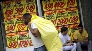 Recessão leva milhares de brasileiros ao mercado informal.