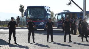 Polícia de choque, no passado dia 4 de Outubro, diante dos autocarro que transportava ex-militares acusados de ter tentado assassinar o Presidente turco, Recep Tayyip Erdogan.