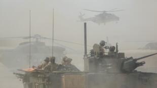 Blindés et hélicoptères français de la force Barkhane au Mali, le 27 mars 2019.