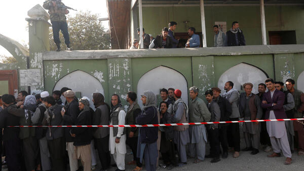 Fila de afegãos para votar nas eleições legislativas em Cabul, capital do país.