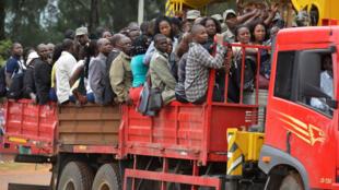 Des membres du personnel électoral et du matériel sont transportés dans des régions isolées du pays en prévision des élections présidentielle, législatives et provinciales du 15 octobre 2019 au Mozambique. Photo prise à Chongue, au nord de Maputo.